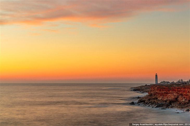 Херсонесский маяк знаком и узнаваем многими. Он расположен у входа в Севастопольскую бухту, в ее юго