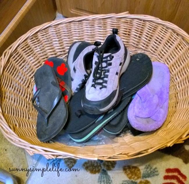 Чтобы защитить обувь от любящих темноту ползучих гадов, можно использовать корзину.