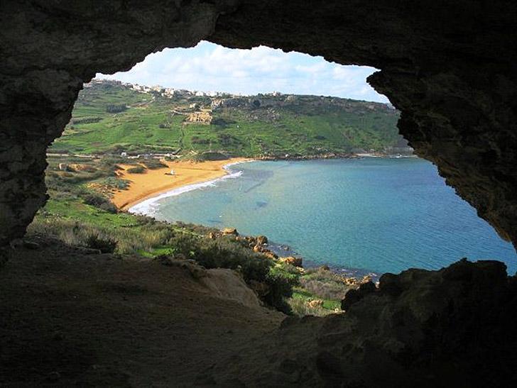 6. Пещера Калипсо. Эта пещера находится на острове Гоцо и выходит на залив Рамла-Бей. Она имеет отно