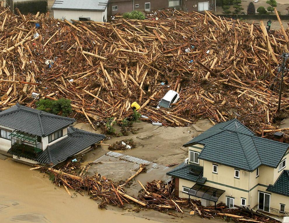 3. В наиболее пострадавшем районе Асакура префектуре Фукуока помогают более двух тысяч военносл