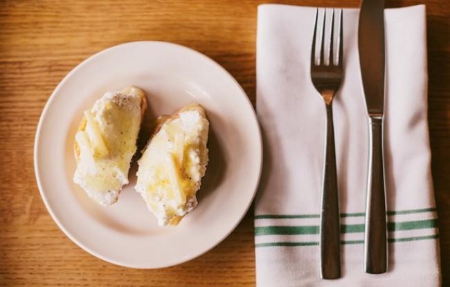 Вам понадобятся: половинка багета или любого другого белого хлеба 1упаковка сыра рикотта 2–3ст.л.