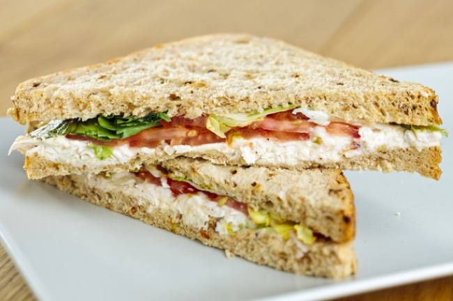 Вам понадобятся: 2ломтика хлеба для тостов 1куриное филе 1помидорка 30г сливочного сыра салат ли