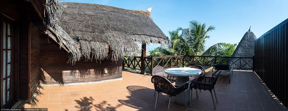 Мой любимый кадр в подборке. Роскошный дом, Г-образный бассейн с кристально-прозрачной водой, пальмы