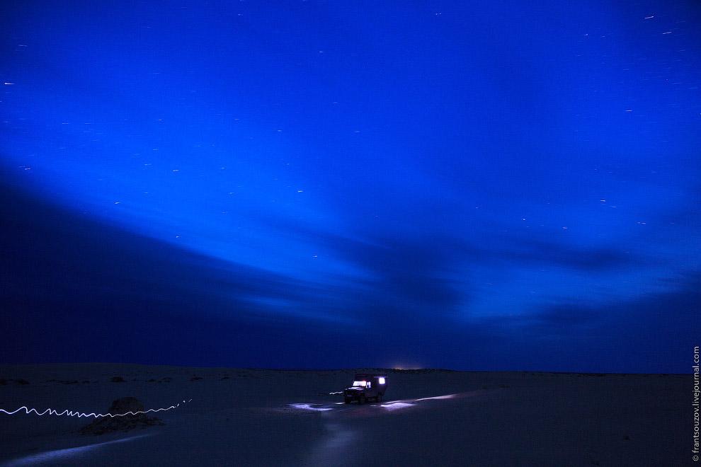 28. А ты стоишь на крыше машины, и грудь переполняет дикий восторг. А звёзды крутятся вокруг те