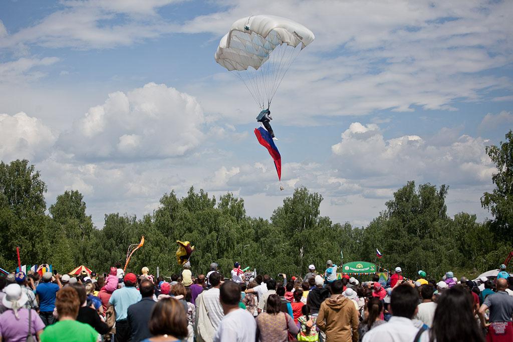 Оказалось, что началось выступление парапланеристов, которые вывалились из самолета и спускались точ