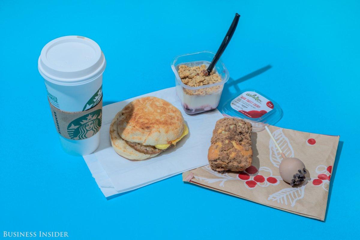 Starbucks Мокко с белым шоколадом, сэндвич с сосиской и чеддером, греческий йогурт с вишней, мини-то