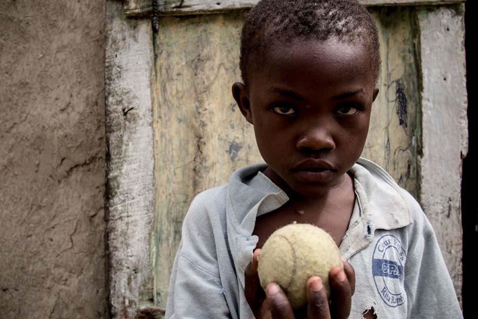 Гаити, семейный доход — 39 долларов на взрослого в месяц. Любимая игрушка — теннисный мяч.