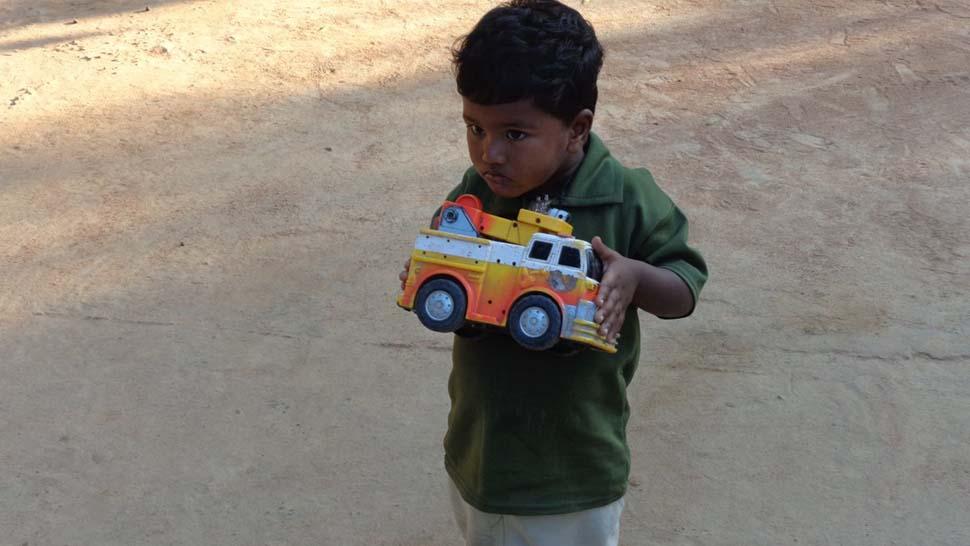 Индия, семейный доход — 245 долларов на взрослого в месяц. Любимая игрушка — грузовик.
