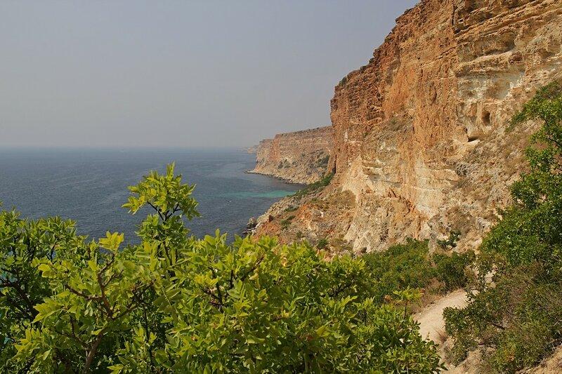 Обрпывистый берег Чёрного моря и скальные стенки в районе мыса Фиолент. Вид в сторону Севастополя