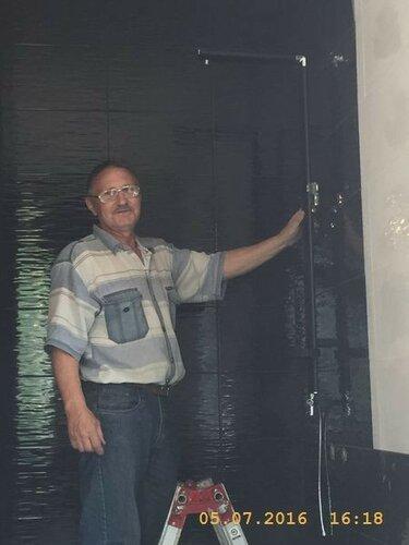 Санитарный штангист демонстрирует душевую колонну