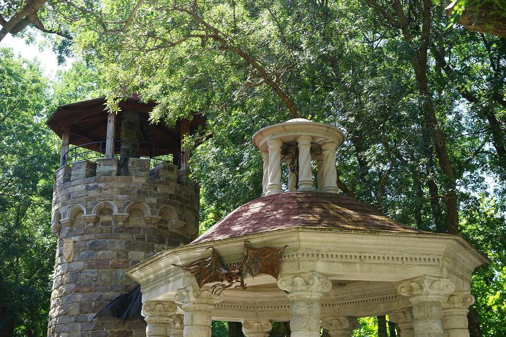 """Культурный центр """"Старый парк"""". Дозорная каменная башня."""