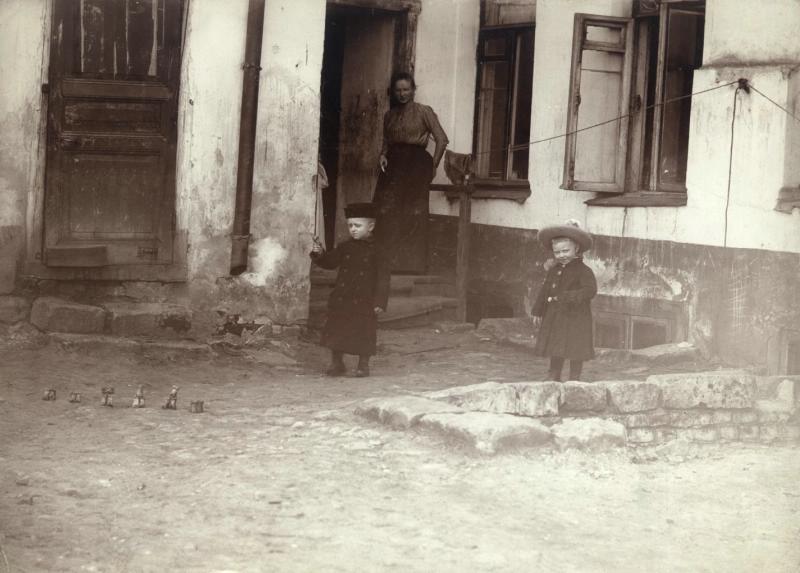 580428 Дети во дворе дома Павел Левинский кон.90-х-нач.1900-х.jpg