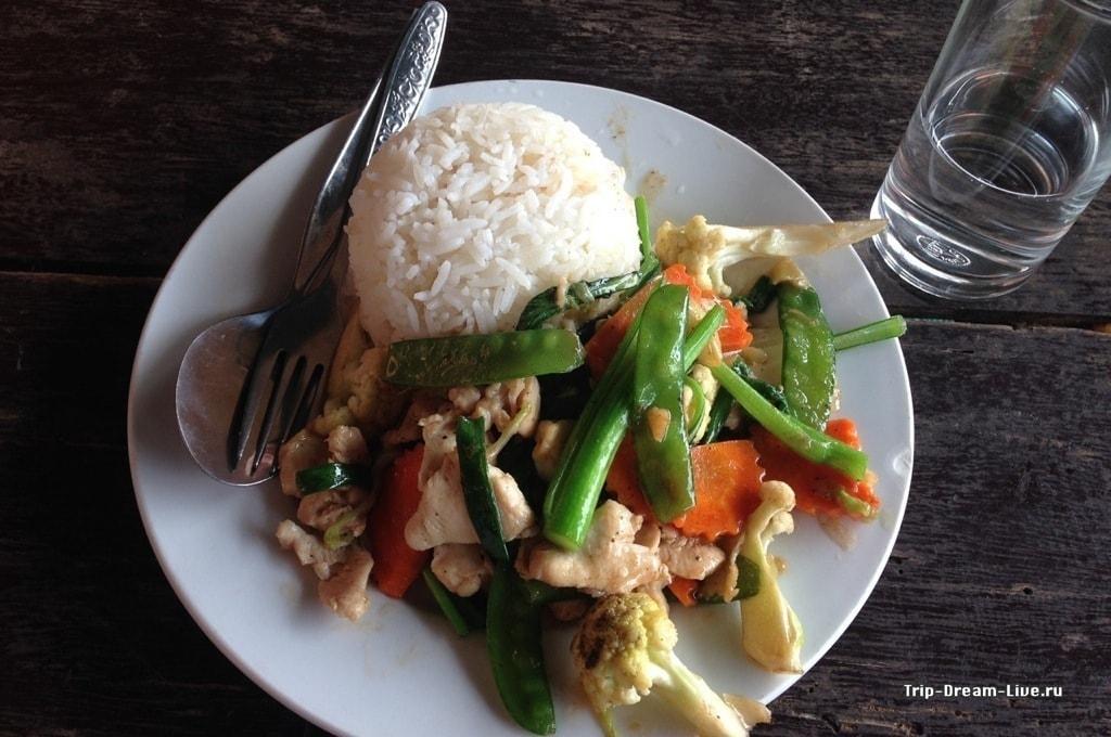 Овощи с курицей и рисом