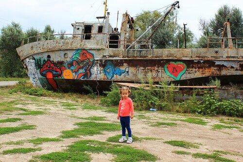 Живописный кораблик и внучка Лиза