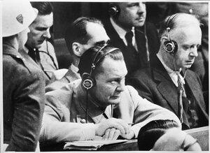 Герман Геринг слушает показания свидетеля Паулюса