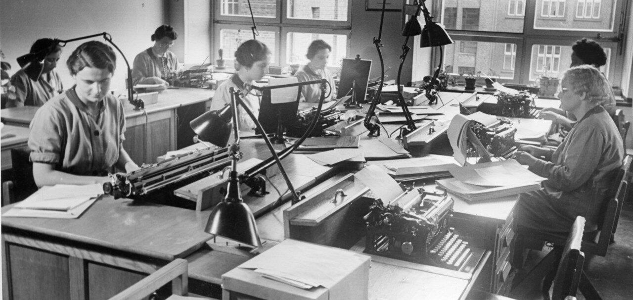 Работники машинописного бюро в офисе  крупной компании