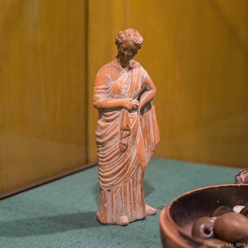 Терракотовая статуэтка девушки. Танагра. Начало III в. до н.э. Феодосия.
