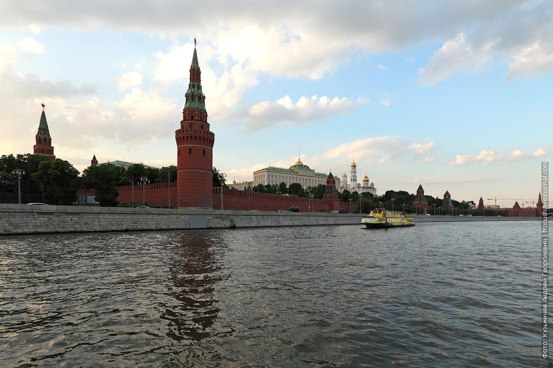Московский Кремль и теплоход Амели