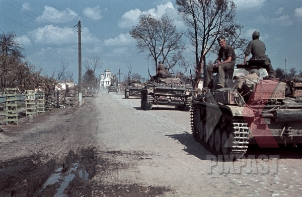 stock-photo-german-panzer-3-operation-barbarossa-1st-battery-75th-panzer-artillery-reg-3rd-panzer-division-beresina-august-1941-12280.jpg