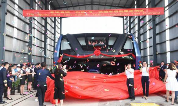 """В Китае испытали """"автобус будущего"""" (видео)"""