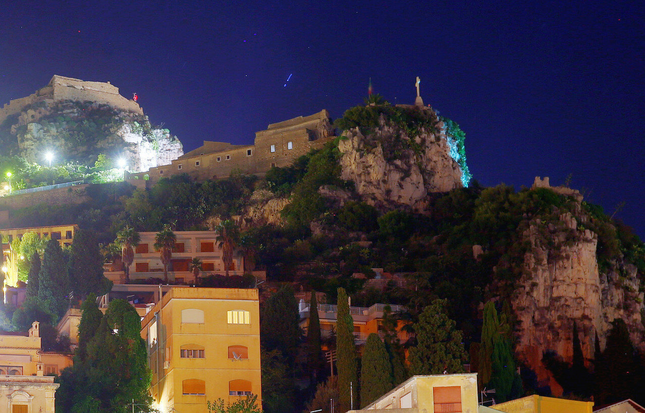 Ночная Таормина. Церковь в скале (Madinna della Roca). HDR, extremal colors