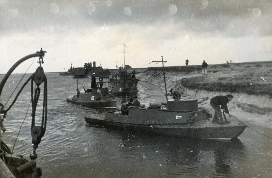 Днепровская военная флотилия на учениях КОВО 09.1935 г. Бронекатера №5, 15, 21