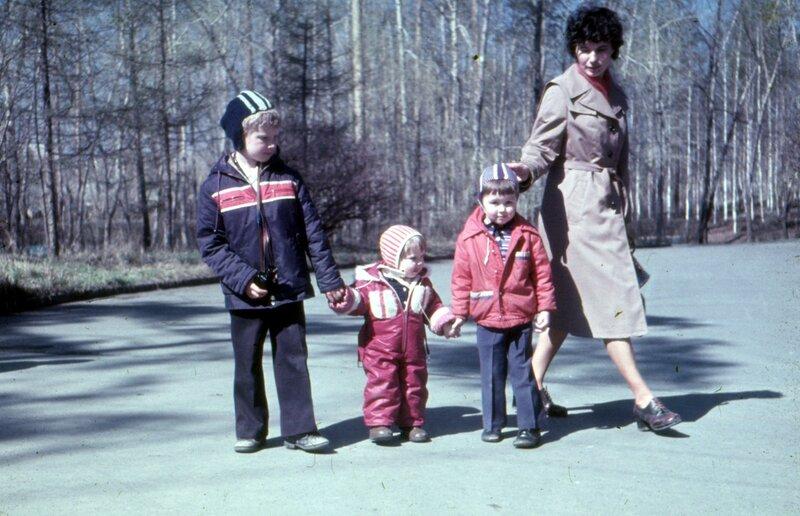 Мы с мамой, братом и двоюродной сестрой Светой в парке отдыха Уралмаша, Свердловск, возможно май 1981 г.