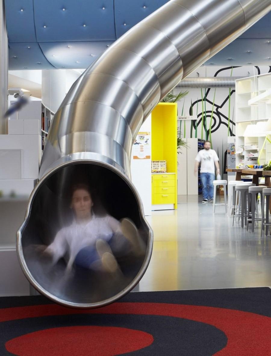 5. Если кто-то из сотрудников компании решит передохнуть, то может съехать вниз по горке в виде труб