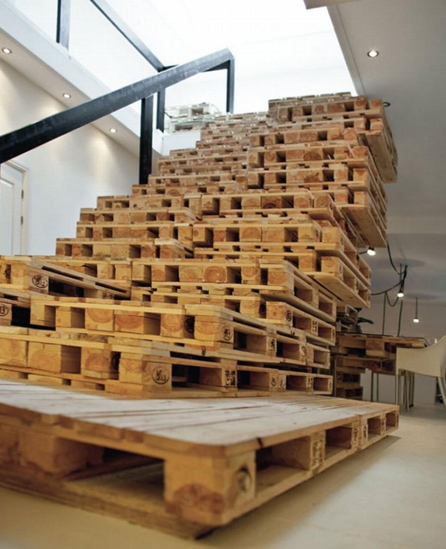 8. Из этого материала сделаны не только столы, но даже полы и лестницы.