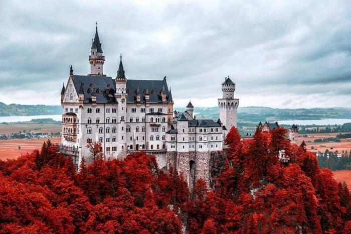 Романтический замок баварского короля Людвига II построили в середине XIX века и по тем временам его