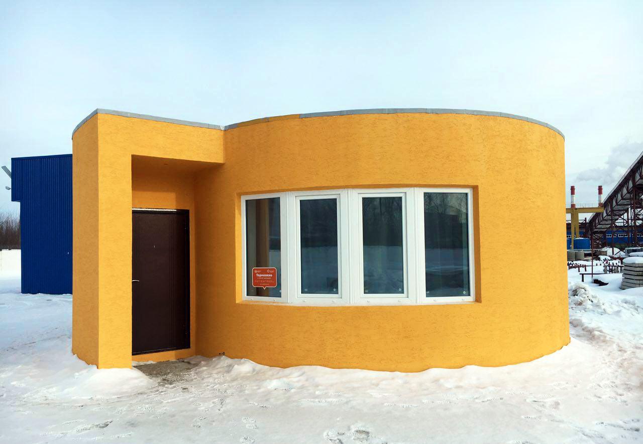 Дом лучше держит тепло из-за воздушной прослойки в многокамерных стенах.