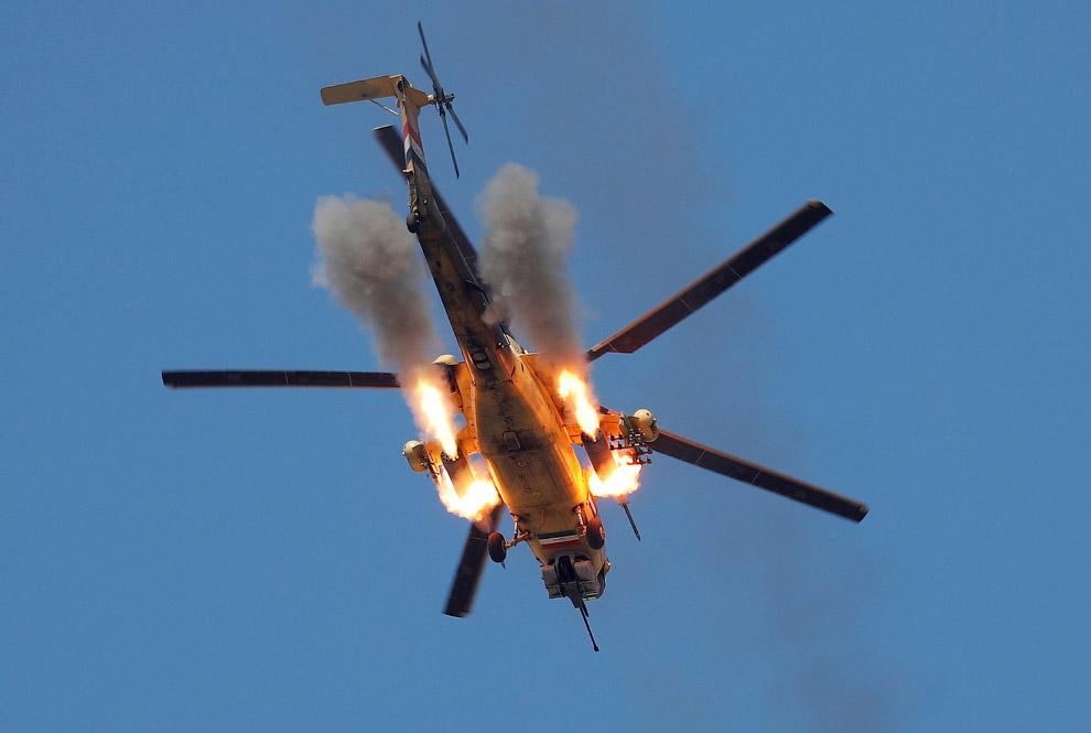 4. Кого-то застрелили. Говорят, террориста-смертника. (Фото Goran Tomasevic | Reuters):