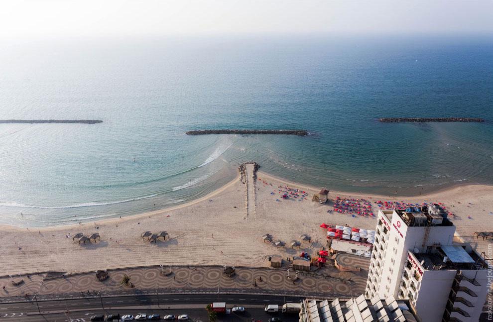 Гостиницы и офисные здания на набережной Средиземного моря: