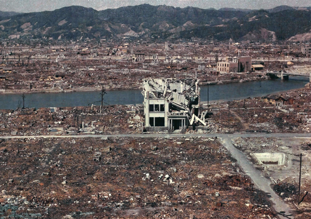 13. Цветная фотография разрушенной Хиросимы в марте 1946 года. (U.S. National Archives)