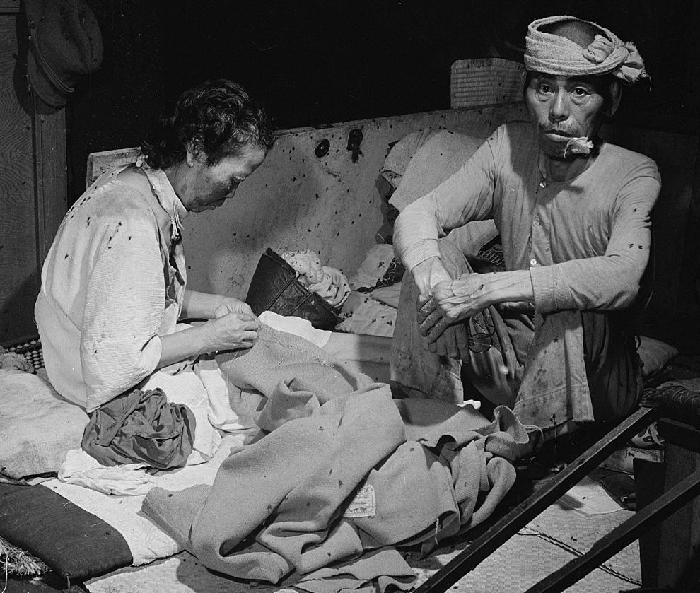 25. Жертвы взрыва в кишащем мухами временном госпитале в здании банка в Хиросиме 15 сентября 1945 го