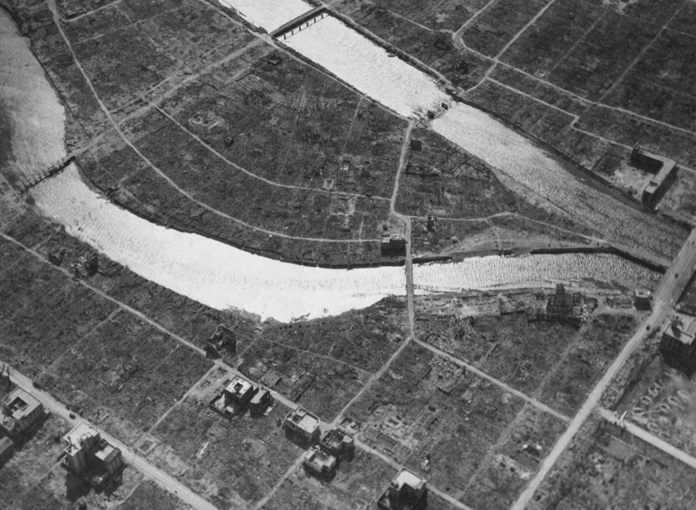 27. Вид с воздуха эпицентра и известного сейчас Купола атомной бомбы в Хиросиме спустя несколько нед