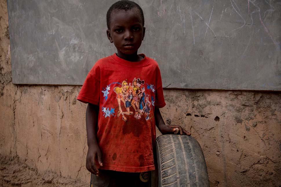 Буркина-Фасо, семейный доход — 54 доллара на взрослого в месяц. Любимая игрушка — автомобильная шина