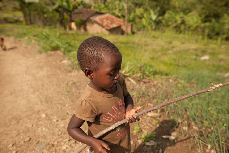 Руанда, семейный доход — 251 доллар на взрослого в месяц. Любимая игрушка — палка.