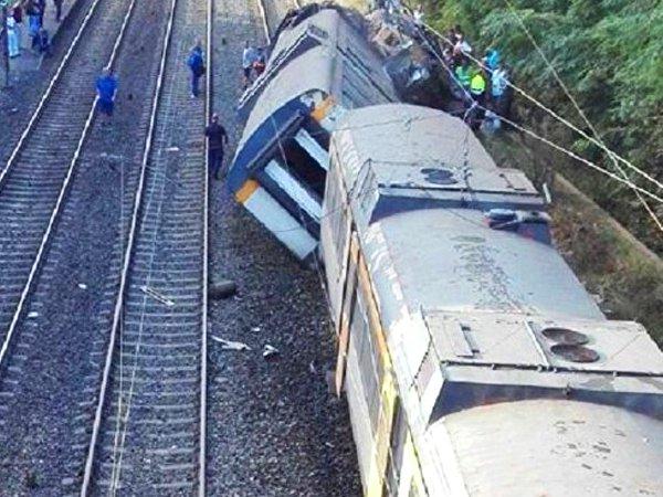 Неменее 100 человек пострадали при столкновении поездов вПакистане