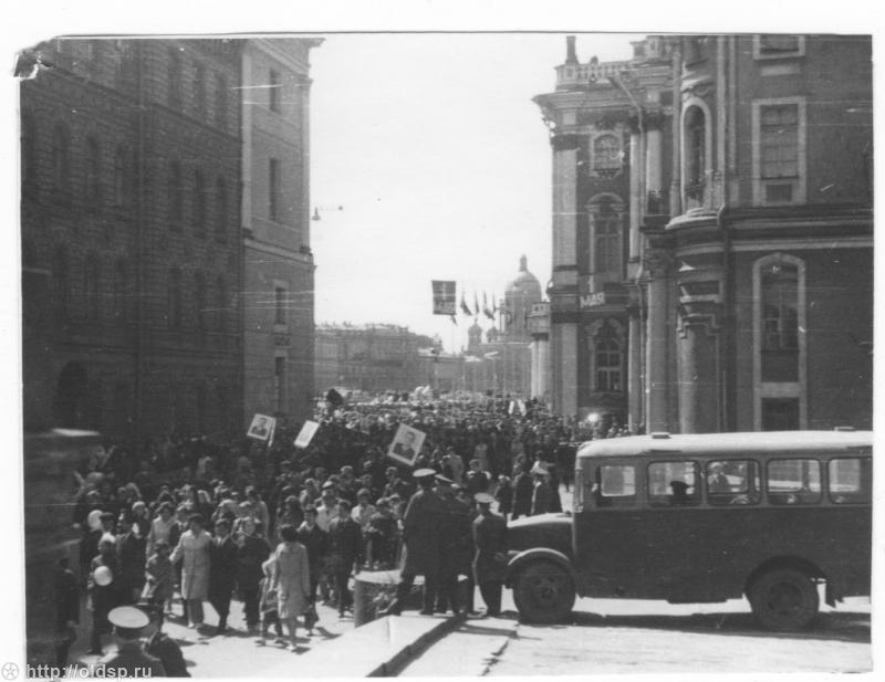 1974 Выход на ул.Халтурина трудящихся после прохождения через Дворцовую площадь 1мая 1974г..jpg