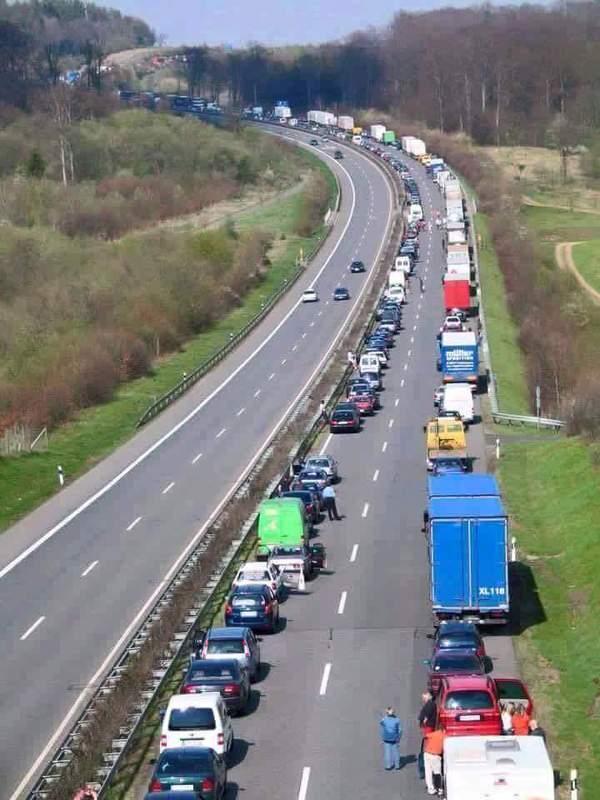 Так в Германии стоят в пробках, создавая полосу для движения спец транспорта (скорая, полиция...)