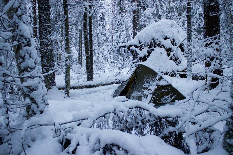 палатка в снегу в зимнем лесу
