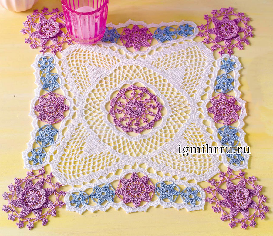 Квадратная салфетка, обрамленная цветочными мотивами. Вязание крючком