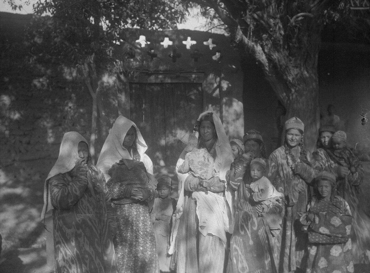 Женщины сартки из селения между Янги-Гиссар и Яркендом