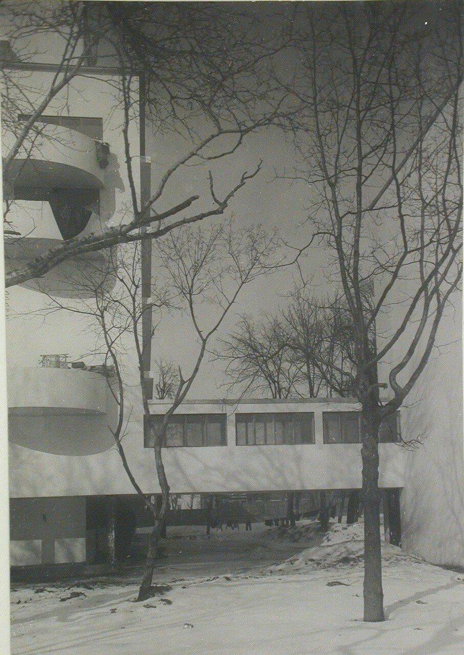 Частичный вид на боковой фасад Наркомфина