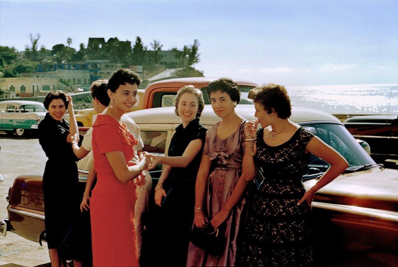 США. Калифорния. Женщины у машины. Лагуна-Бич. 1950