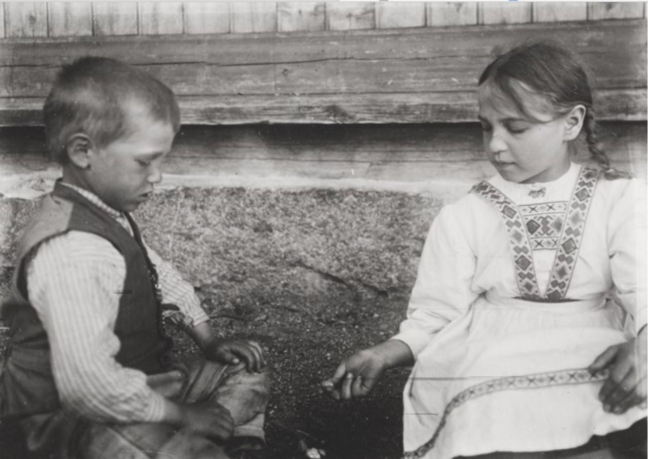 Корабсельки. Дети, играющие в кости