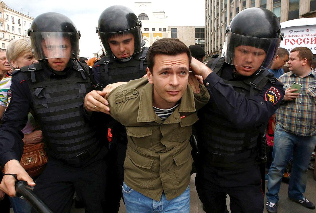 Задержание Ильи Яшина во время акции оппозиции на ул. Тверской. 12 июня 2017 года. Фото: Фото: epa/vostock-photo(2)