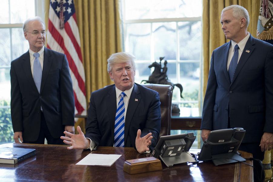 Трамп в Овальном кабинете 24.03.17.png