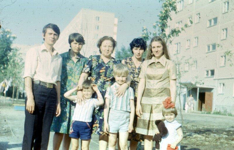 Дядя Олег и тетя Лена Черкасовы, бабушка, мама, тетя Галя Тютина, брат, я, двоюродная сестра Света Черкасова.